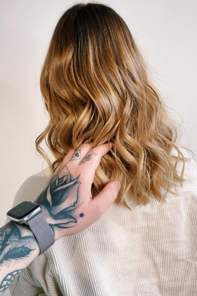 Haarschnitt an einer zufriedenen Kundin